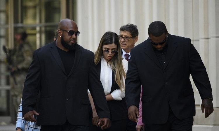 Emma Coronel Aispuro, vợ trùm ma túy Joaquin El Chapo Guzman bước ra khỏi Tòa án Liên bang Brooklyn, thành phố New York, tháng 7/2019, sau khi Guzman bị tuyên án. Ảnh: AFP.