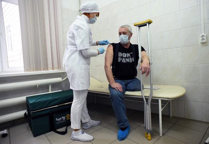 Nhân viên y tế tiêm vaccine Sputnik V cho một người đàn ông ở Saint Petersburg, Nga, ngày 21/2. Ảnh: AFP.
