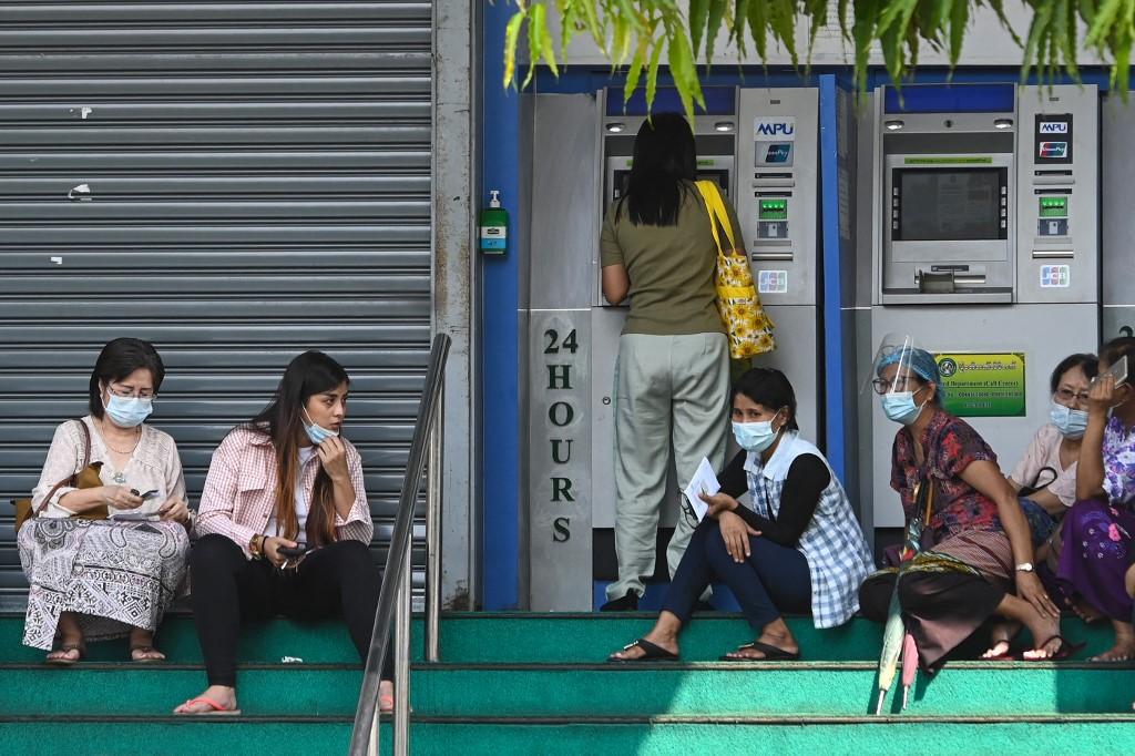 Người dân chờ rút tiền trước một cây ATM của ngân hàng Myawaddy tại Yangon hôm 23/2. Ảnh: AFP