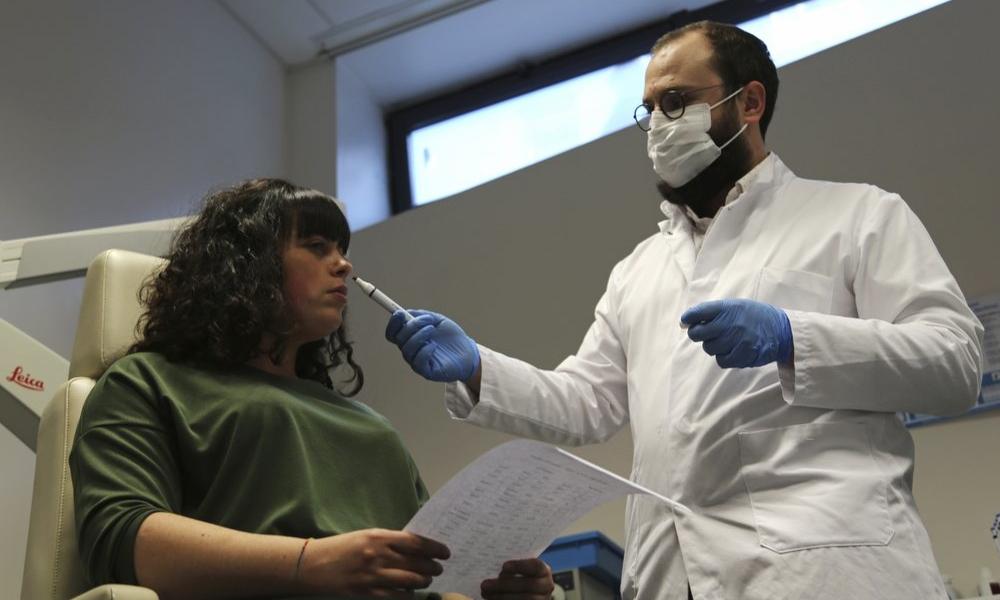 Bác sĩ Clair Vandersteen (phải) cho Gabriella Forgione ngửi ống chứa mùi hương tại Nice, Pháp ngày 8/2. Ảnh: AP.