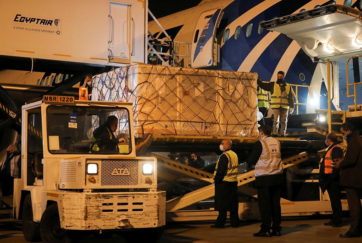 Vaccine của Sinopharm được đưa đến sân bay quốc tế Cairo, Ai Cập hôm 23/2. Ảnh: Reuters.