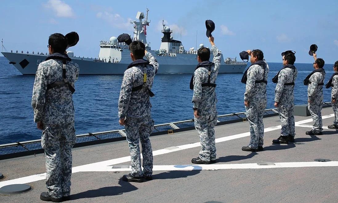 Lính hải quân Singapore vẫy chào một tàu hộ vệ Trung Quốc sau cuộc tập trận chung năm 2015. Ảnh: Xinhua.