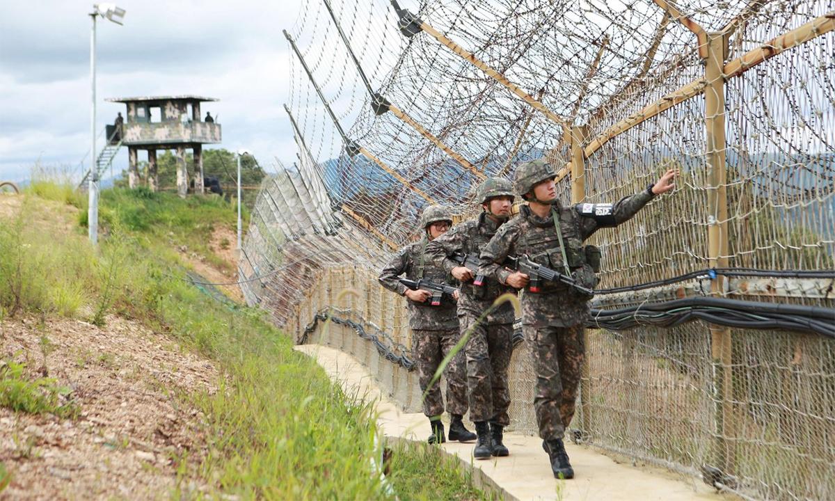 Binh sĩ Hàn Quốc tuần tra dọc đường giới tuyến chạy qua Khu phi quân sự ở huyện Hwacheon, tháng 8/2015. Ảnh: AFP.