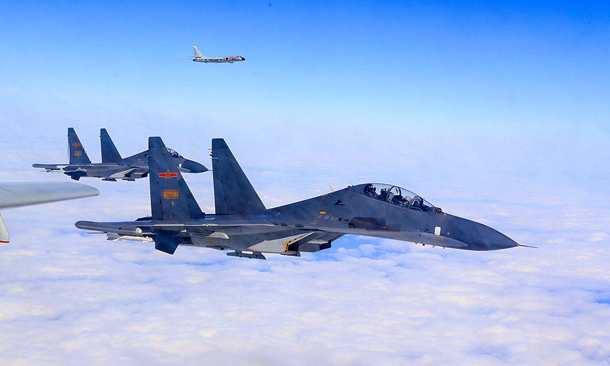 Biên đội J-11 hộ tống oanh tạc cơ H-6K trên eo biển Đài Loan hồi năm 2018. Ảnh: PLA.