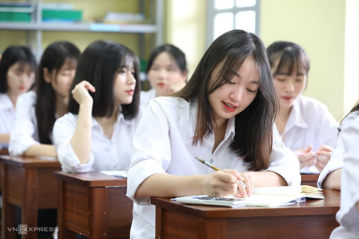 Học sinh trường THPT Trí Đức, Hà Nội, ôn luyện trước kỳ thi tốt nghiệp THPT 2020. Ảnh: Ngọc Thành.