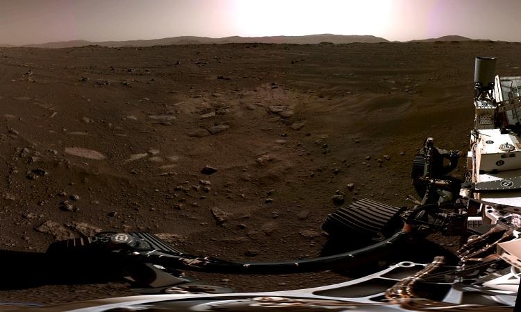 Toàn cảnh miệng hố Jezero nhìn từ camera của robot Perseverance. Ảnh: NASA.