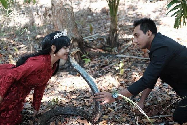 Cô dâu - chú rể chẳng có gì sợ sệt, họ vô tư tạo dáng bên con rắn.