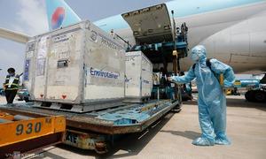 Chuyến bay chở hơn 100.000 liều vaccine hạ cánh Sài Gòn