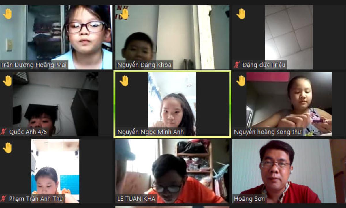 Thầy Vũ Hoàng Sơn và học sinh trong buổi học trực tuyến ngày 23/2. Ảnh: Nhân vật cung cấp.