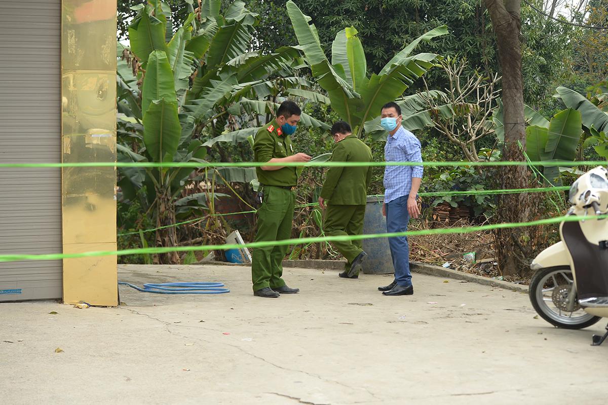 Cảnh sát khám nghiệm trong sáng 22/2. Ảnh: Phạm Dự.