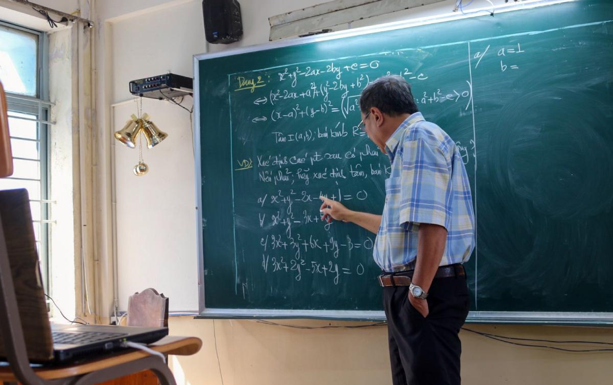 Thầy Mai Bảo Thịnh, 58 tuổi, giáo viên trường THPT Nguyễn Du, TP HCM dùng Google Meet dạy trực tuyến môn Toán cho học sinh, ngày 18/2. Ảnh: Mạnh Tùng.