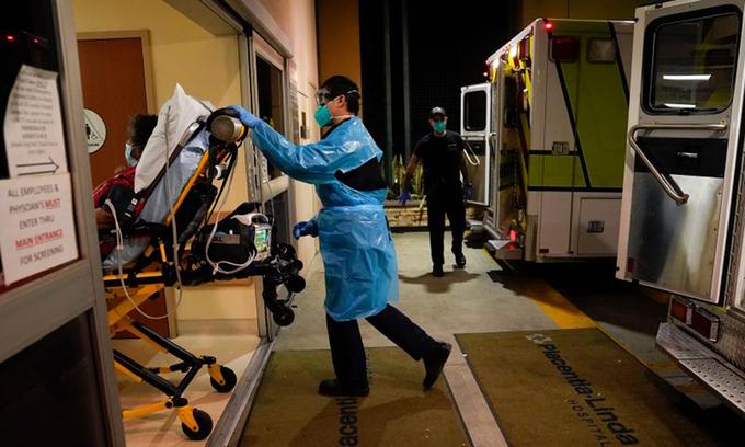 Nhân viên y tế chuyển một ca bệnh Covid-19 từ xe cứu thương vào phòng cấp cứu ở Placentia, bang California, hôm 8/1. Ảnh: AP.