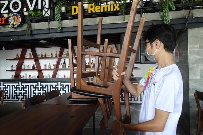 Quán nhậu trên đường Phạm Văn Đồng, quận Gò Vấp, dọn dẹp ngưng hoạt động trưa 9/2. Ảnh: Hà An.