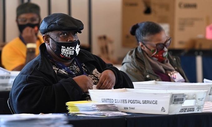 Nhân viên tại một trung tâm kiểm phiếu ở Atlanta, Georgia, ngày 4/11. Ảnh: Reuters.