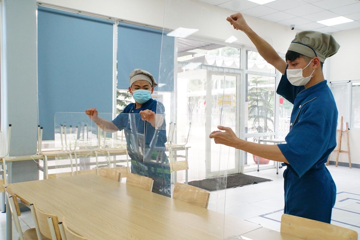 Trường Phổ thông liên cấp Edison (Ecopark) lắp vách ngăn bằng mica tại phòng ăn, ngày 22/2. Ảnh: Nhà trường cung cấp