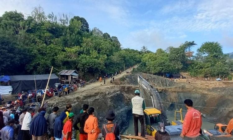 Quá trình tìm kiếm cứu hộ tại hiện trường sập mỏ vàng ở tỉnh Trung Sulawesi, Indonesia, hôm 25/2. Ảnh: Antara News.