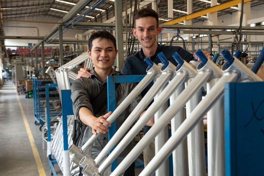 Minh Tôn (trái) và CEO Jack OSullivan tại xưởng sản xuất ở Đồng Nai. Ảnh: Modmo