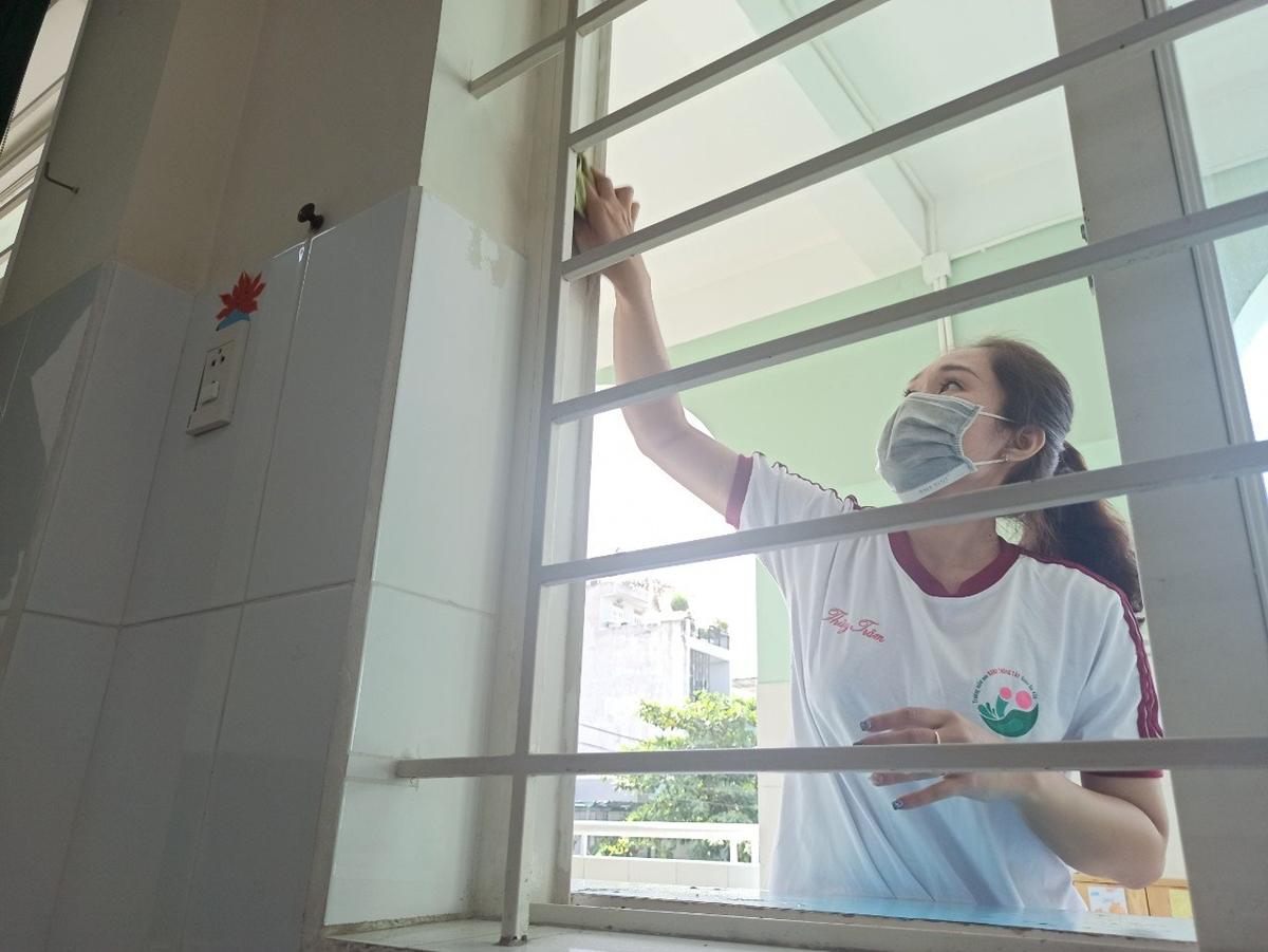 Giáo viên trường Mầm non Hạnh Thông Tây, quận Gò Vấp, vệ sinh lớp học, khuôn viên, chuẩn bị đón học sinh. Ảnh: Lê Nam