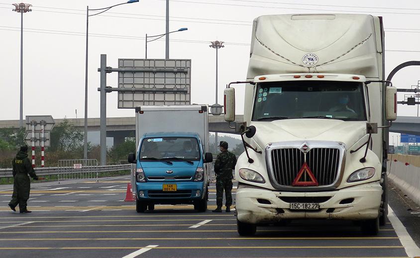 Chốt kiểm soát dịch Covid-19 liên ngành của TP Hải Phòng đặt ở cuối đường cao tốc Hà Nội - Hải Phòng. Ảnh: Giang Chinh.