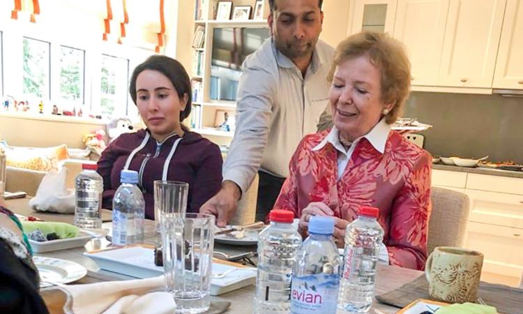Công chúa Sheikha Latifa bint Mohammed Al Maktoum (trái) và cựu cao ủy nhân quyền LHQ Mary Robinson tại Dubai hồi tháng 12/2018. Ảnh: AP.