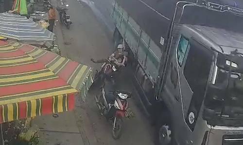 Xe tải vượt ẩu khiến ba mẹ con suýt mất mạng