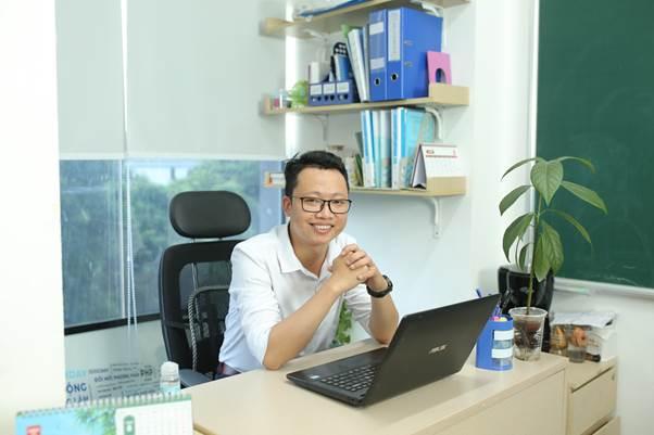 Thầy Nguyễn Trung Nguyên, giáo viên tại Hệ thống Giáo dục HOCMAI, khuyên học sinh lựa chọn kênh học trực tuyến uy tín, lâu đời. Ảnh: HOCMAI.