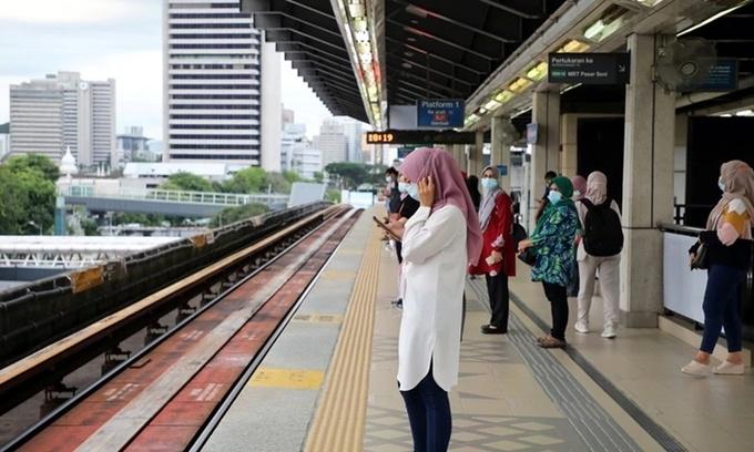 Người dân đeo khẩu trang chờ tàu ở thủ đô Kuala Lumpur, Malaysia, hồi tháng một. Ảnh: Reuters.