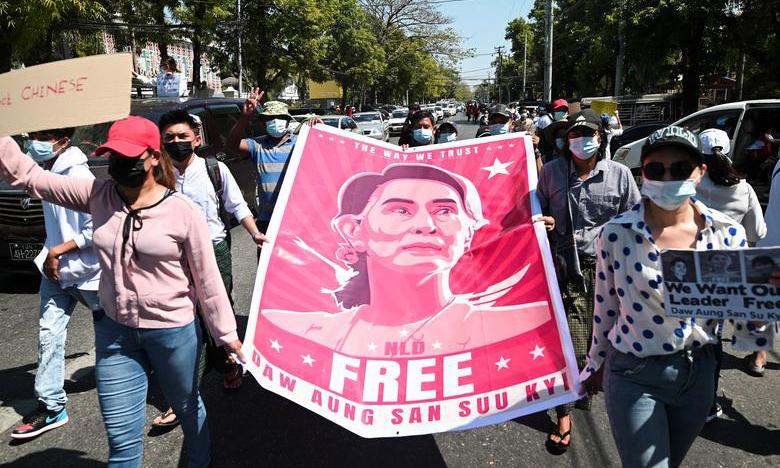 Người biểu tình tập trung bên ngoài đại sứ quán Trung Quốc ở Yangon, Myanmar, để đòi tự do cho cựu lãnh đạo Aung San Suu Kyi hôm 11/2. Ảnh: Reuters.