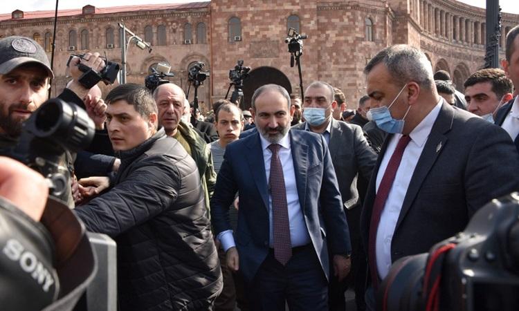 Thủ tướng Armenia Nikol Pashinyan (giữa) gặp người ủng hộ ở Quảng trường Cộng hòa tại thủ đô Yerevan hôm nay. Ảnh: AFP.