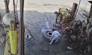Lốp xe tải phát nổ khiến thợ vá thiệt mạng