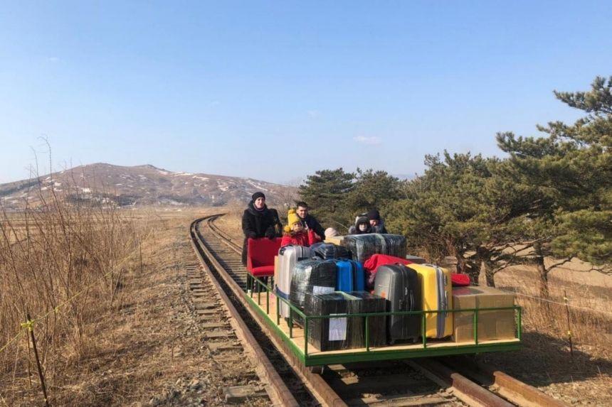 Các nhà ngoại giao Nga và gia đình rời Triều Tiên. Ảnh: Facebook/Bộ Ngoại giao Nga