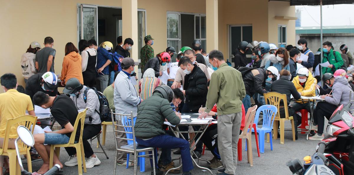 Cảnh người dân tập trung khai báo bằng giấy khi các chốt kiểm soát chưa áp dụng mã QR-Code. Ảnh: Giang Chinh