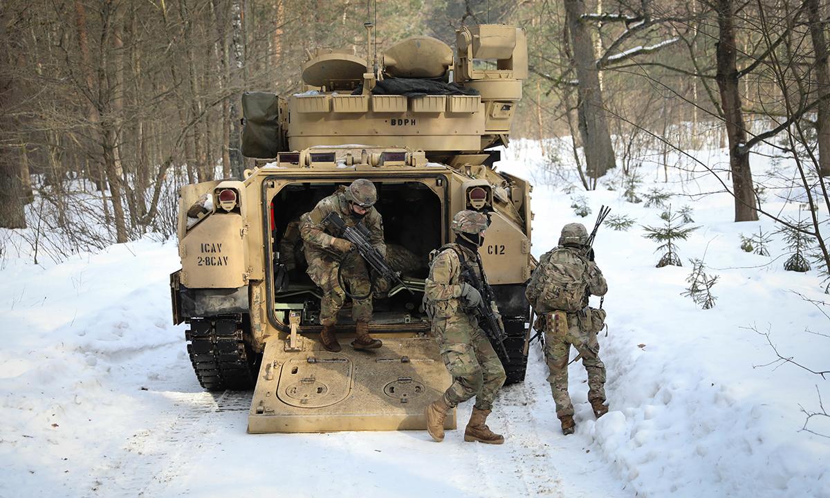 Binh sĩ Mỹ rời thiết giáp Bradley để đối phó với lính Litva trong buổi diễn tập, ngày 21/2. Ảnh: US Army.