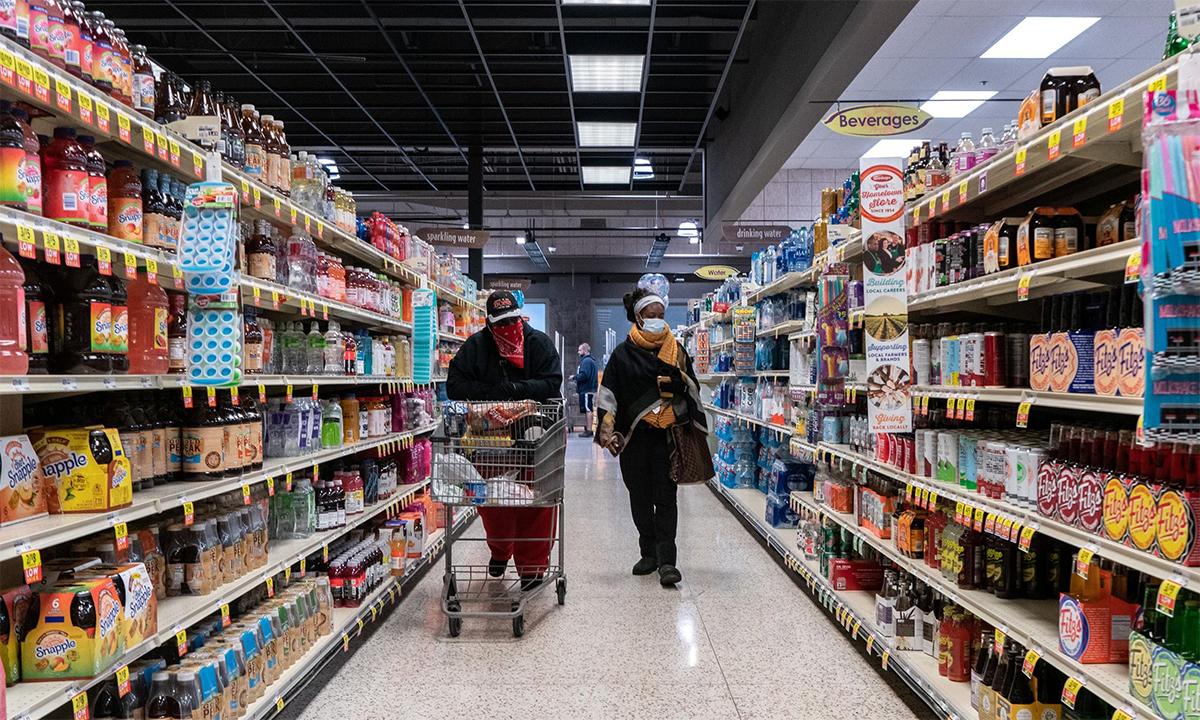 Khách hàng đeo khẩu trang chọn đồ tại một siêu thị ở thành phố St. Louis, Missouri, tháng 4/2020. Ảnh: Reuters.
