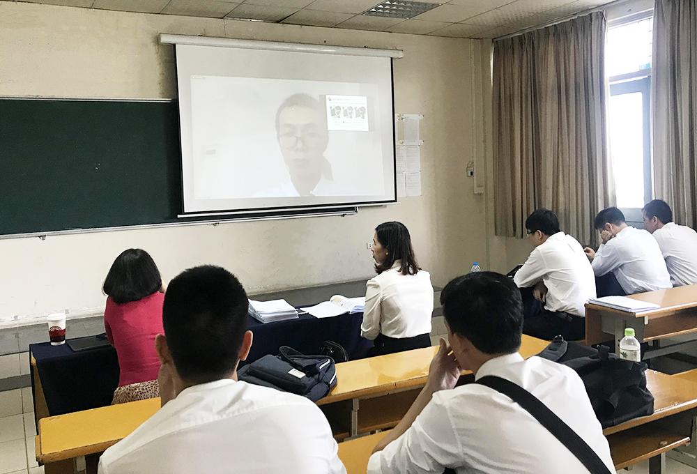 Buổi bảo vệ đồ án tốt nghiệp online của một sinh viên Đại học Bách khoa Hà Nội vào tháng 7/2020. Trong đó, các thành viên hội đồng ngồi tại trường, sinh viên bảo vệ từ xa qua Zoom do bị mắc kẹt ở nước ngoài. Ảnh: Dương Tâm.