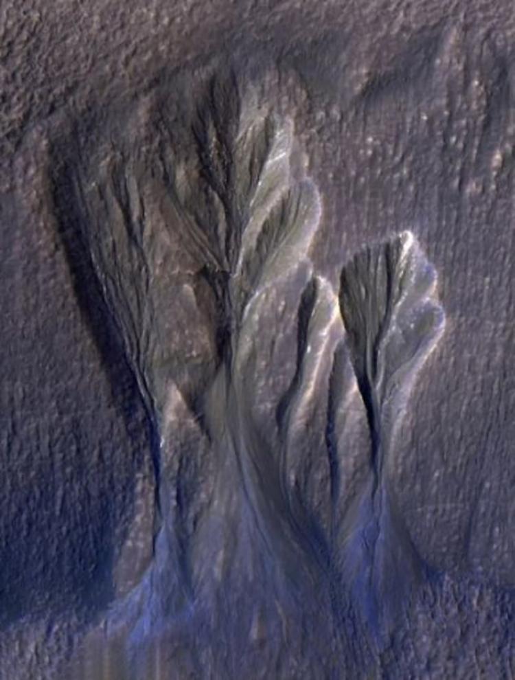 Tàu Mars Reconnaissance Orbiter chụp ảnh các rảnh chứa băng nước trên sao Hỏa. Ảnh: NASA.