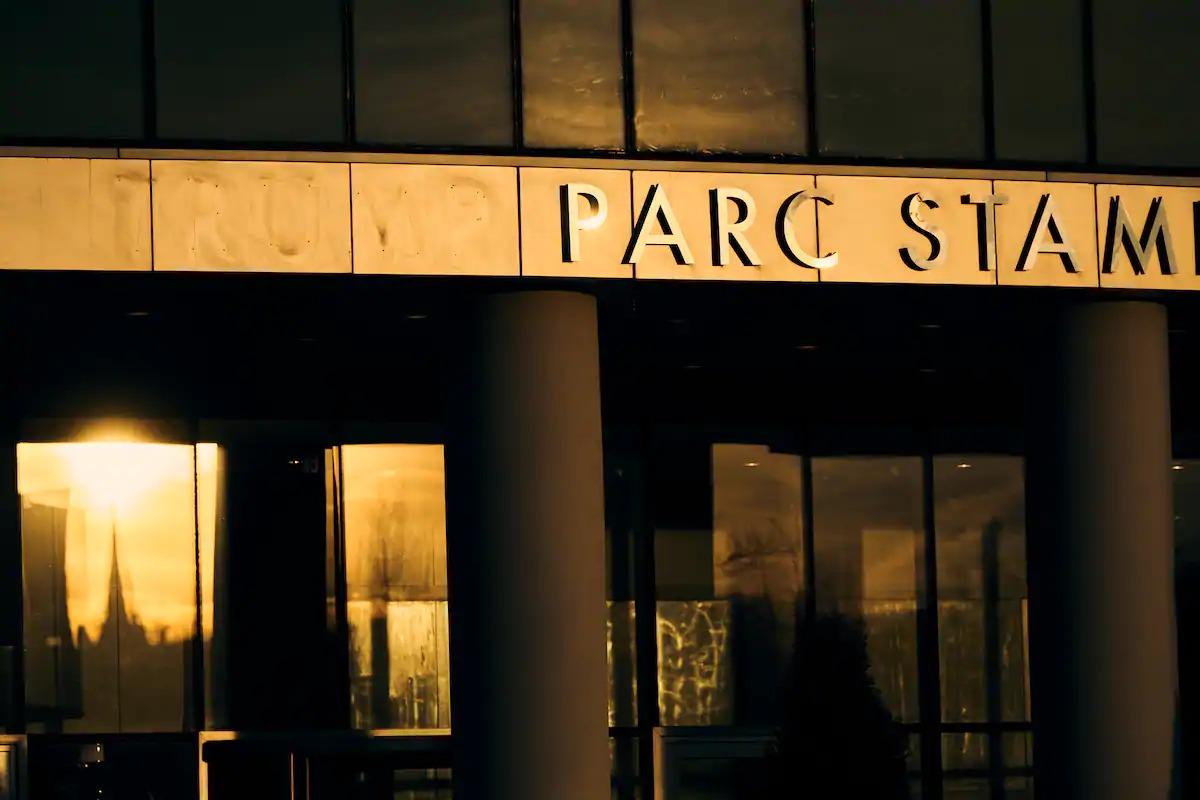 Thương hiệu Trump bị gỡ khỏi tòa nhà vốn có tên Trump Parc tại Stamford. Ảnh: Washington Post.