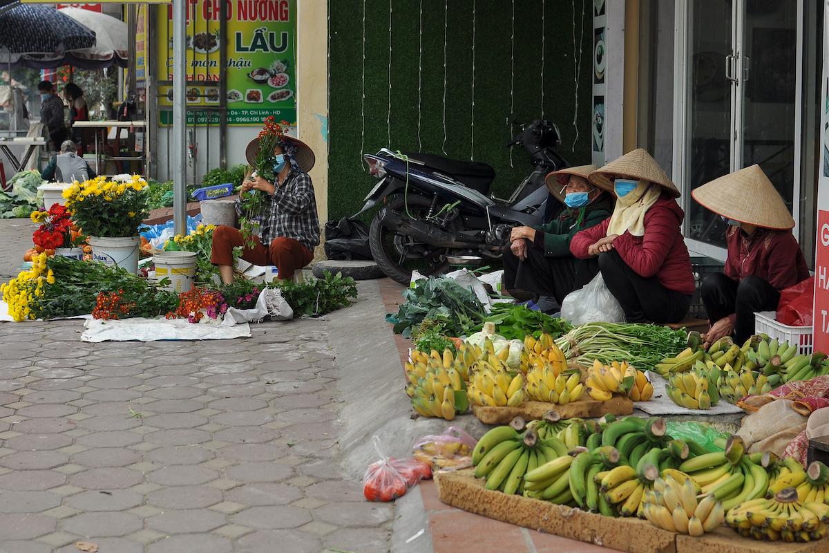 Nông sản bày bán ở TP Chí Linh những ngày giãn cách. Ảnh: CTV