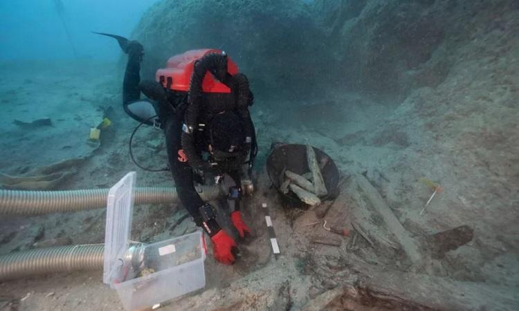 Thợ lặn thu thập cổ vật từ xác tàu Mentor. Ảnh: V. Tsiairis.