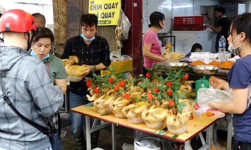 Người dân đổ xô mua gà cúng Rằm tháng Giêng