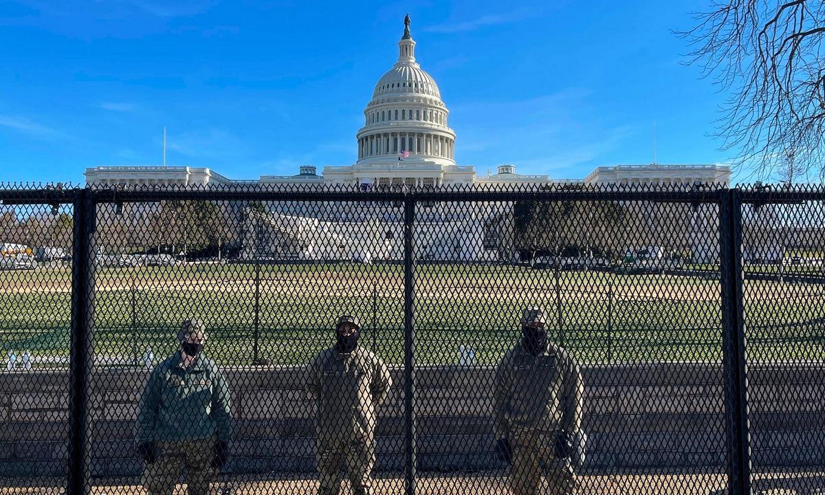 Lính Vệ binh Quốc gia và hàng rào an ninh bên ngoài Đồi Capitol. Ảnh: AFP.