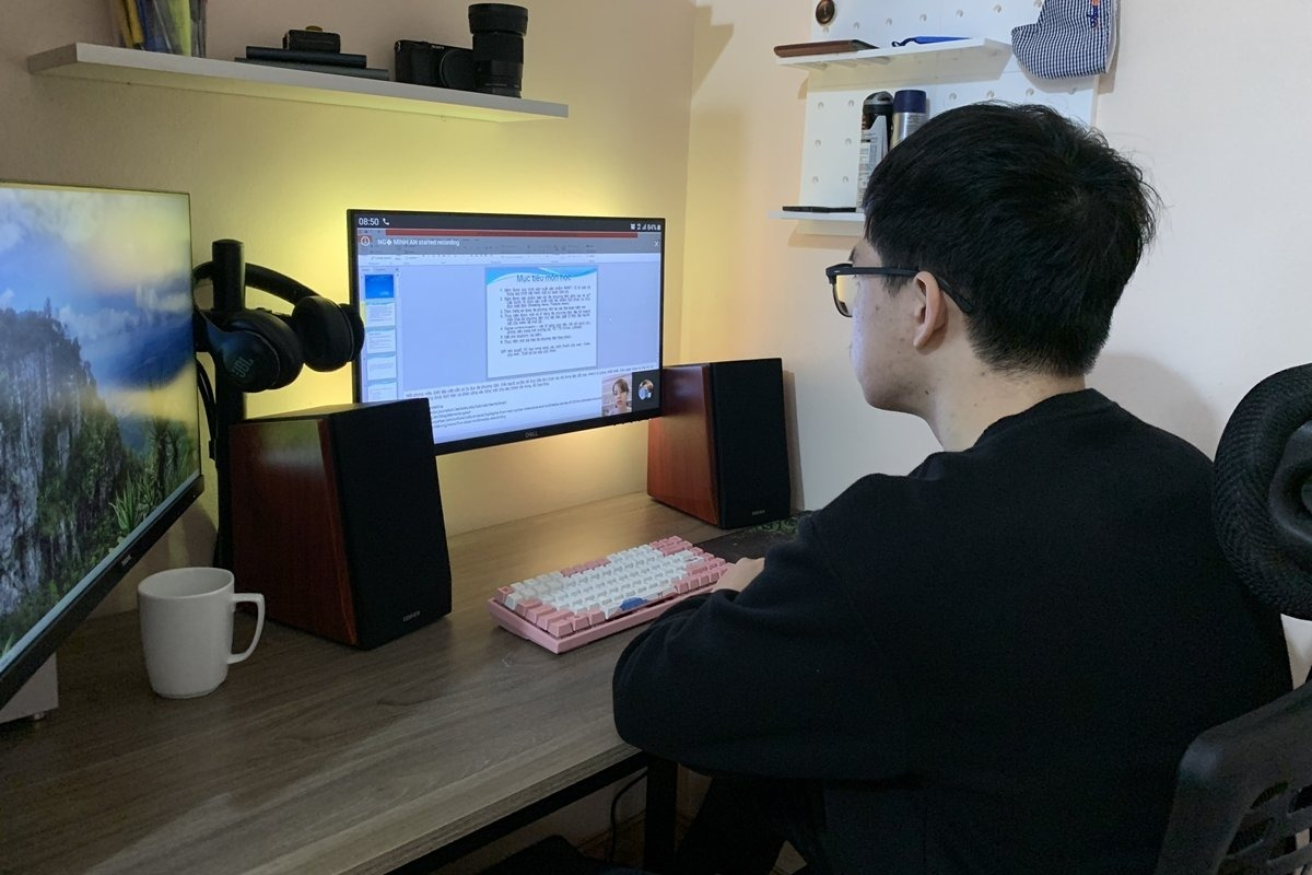 Sinh viên Học viện Báo chí và Tuyên truyền học online khi ở nhà tránh dịch, tháng 2/2021. Ảnh: Thanh Hằng