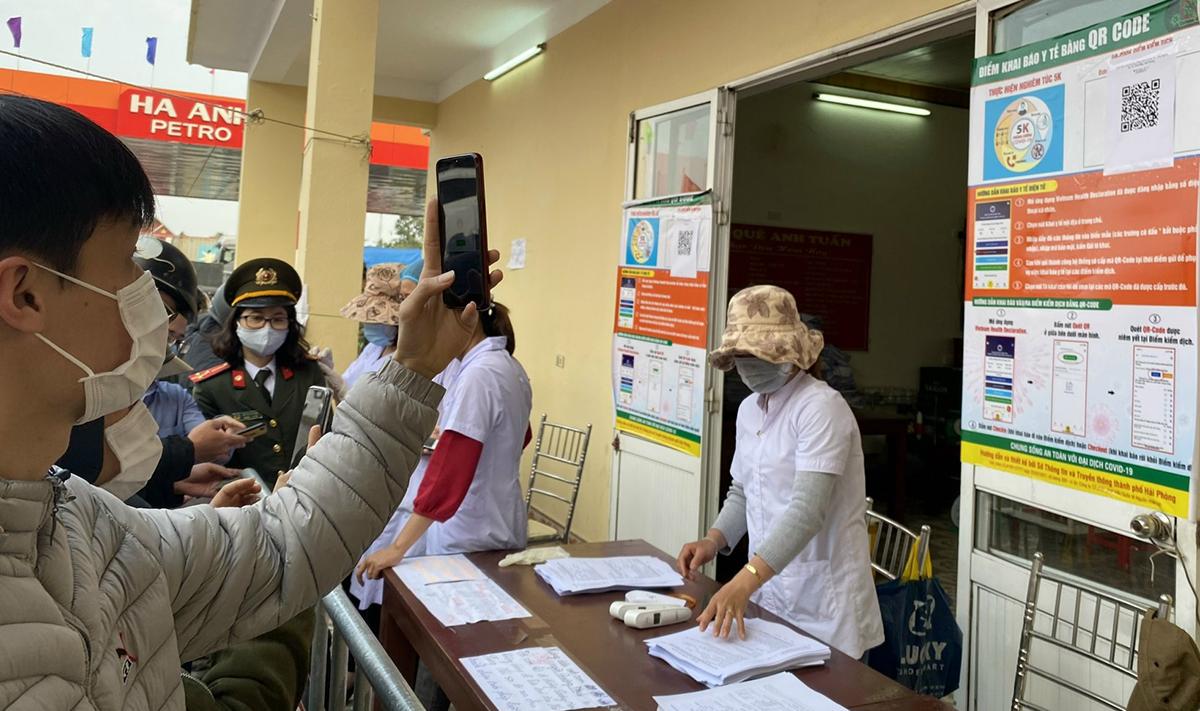 Người dân từ Thái Bình sang Hải Phòng khai báo y tế điện tử tại Chốt kiểm soát dịch Covid-19 cầu Nghìn, huyện Vĩnh Bảo. Ảnh: Giang Chinh