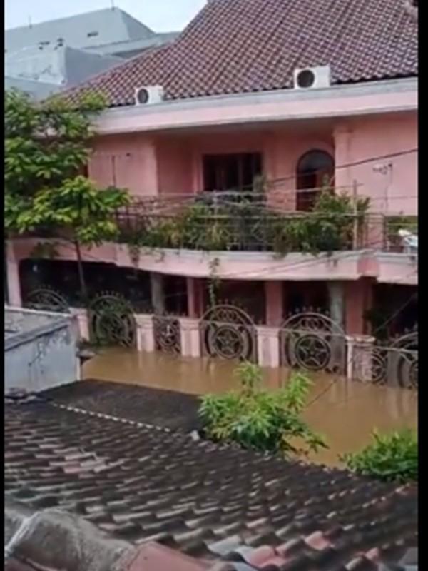 Vì hôm ấy trời mưa to, nước nhanh chóng dâng lên cao tới đùi của người lớn...