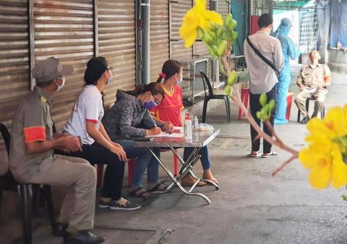 Nhân viên Trung tâm y tế quận 6 lấy mẫu xét nghiệm tại chợ Minh Phụng, quận 6. Ảnh: HCDC.