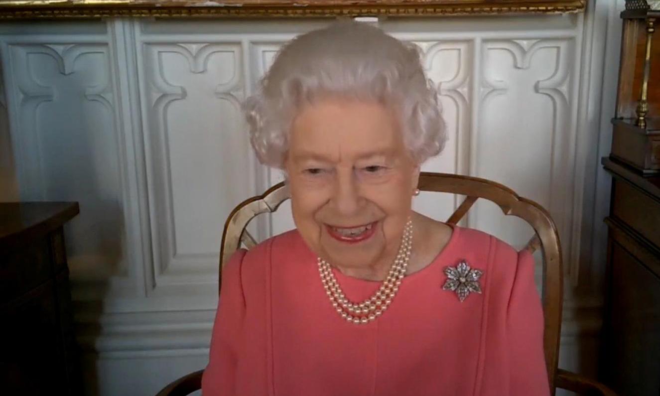 Nữ hoàng Anh Elizabeth II trong cuộc gọi video với giới chức y tế nước này hôm 25/2. Ảnh: Reuters.