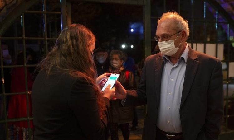 Người đàn ông trình chứng nhận đã tiêm chủng Covid-19 trước khi tham dự một sự kiện âm nhạc ở Jerusalem, Israel, ngày 25/2. Ảnh: AP.