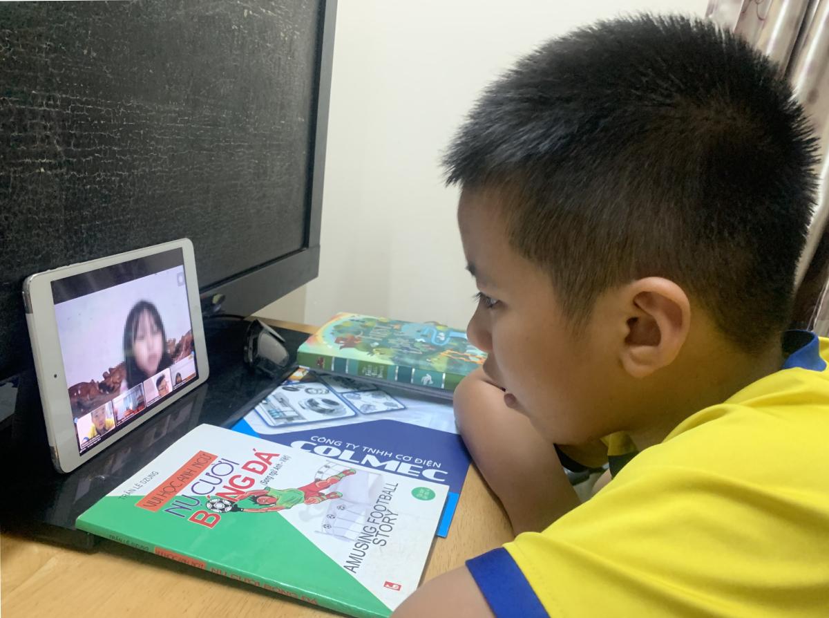 Học sinh trường Tiểu học Hồng Hà (quận Bình Thạnh) học trực tuyến tại nhà, ngày 19/2. Ảnh: Lê Nam.
