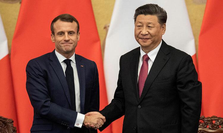 Tổng thống Pháp Emmanuel Macron (trái) bắt tay Chủ tịch Trung Quốc Tập Cận Bình tại Bắc Kinh hồi tháng 11/2019. Ảnh:Reuters.