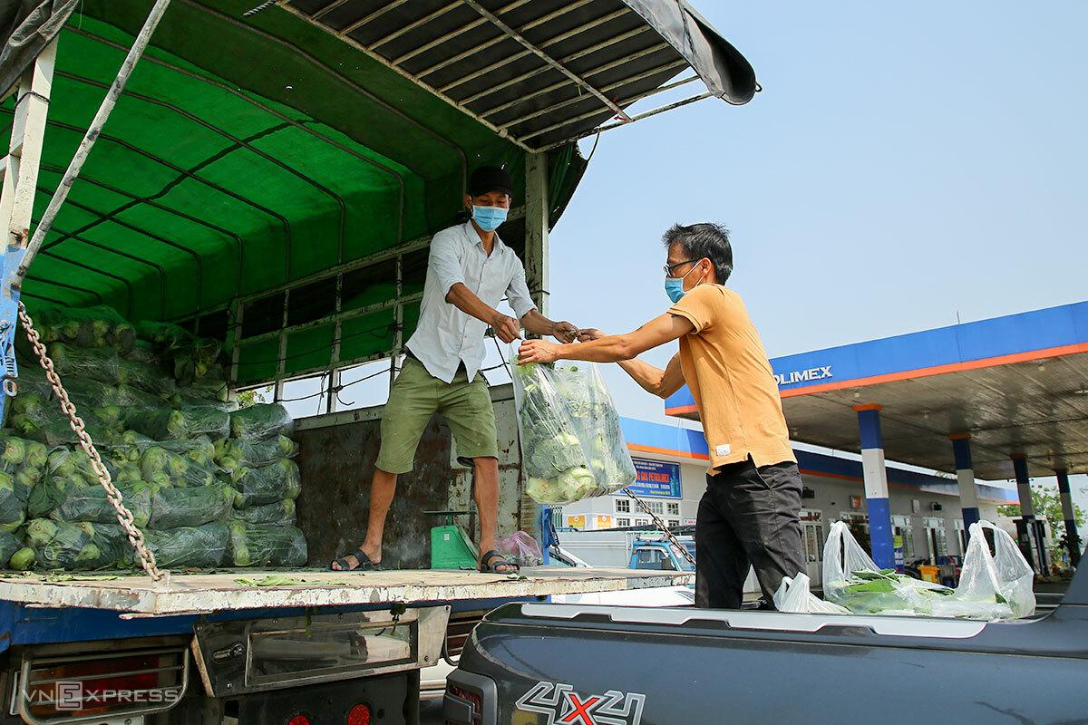 Các tình nguyện viên giúp vận chuyển nông sản từ Hải Dương vào Đà Nẵng. Ảnh: Nguyễn Đông.